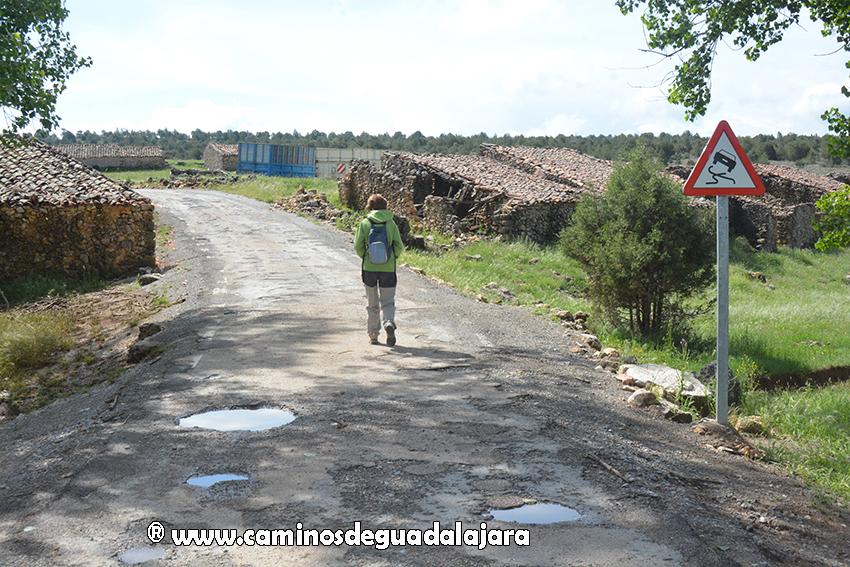 Senderista camino del Castillo de Alpetea