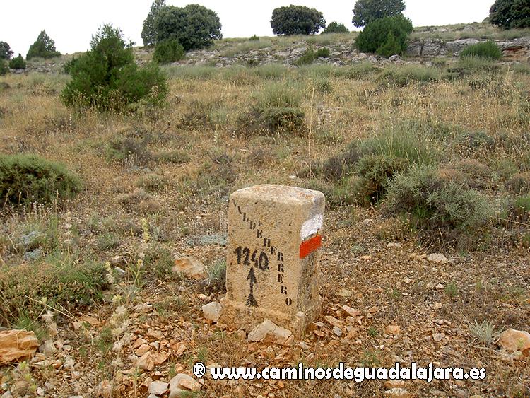 Mojón en Valdeherrero (Milmarcos), con el descatalogado GR-66