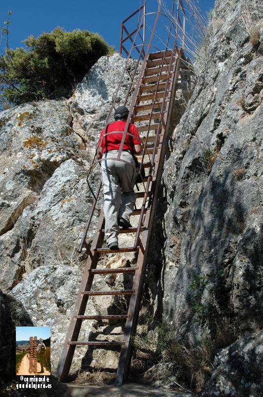 Subiendo por la escalera metálica