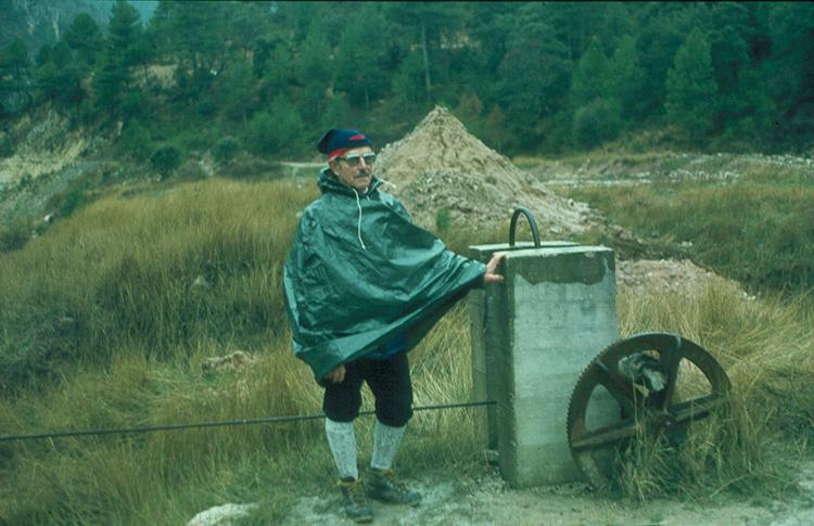 Juan Domènech en su visita a las salinas en diciembre de 1982. (Foto: Ángel de Juan)