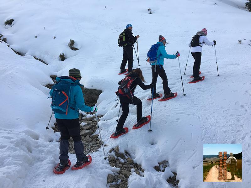 Senderistas con raquetas de nieve