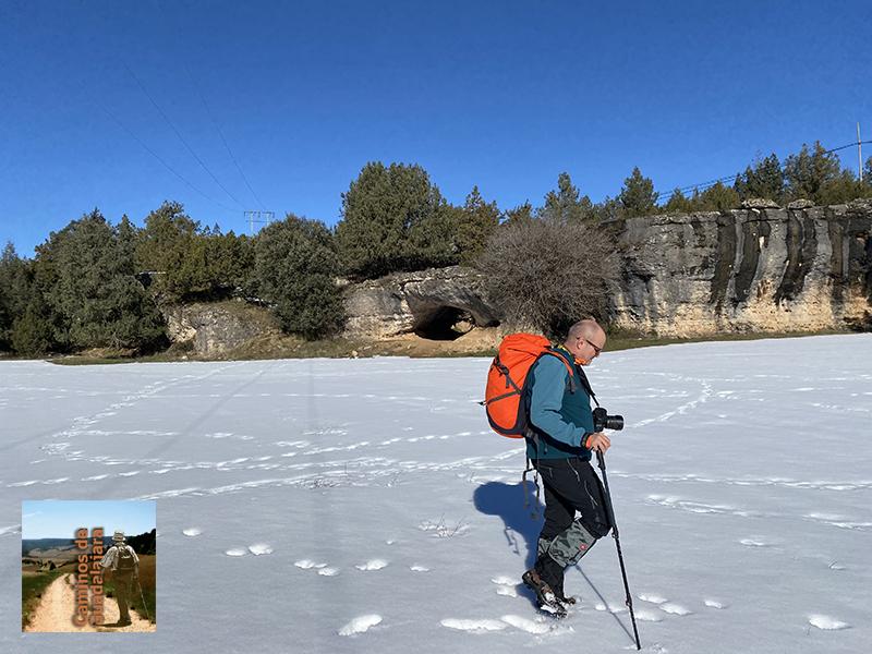 Senderista caminado por la nieve