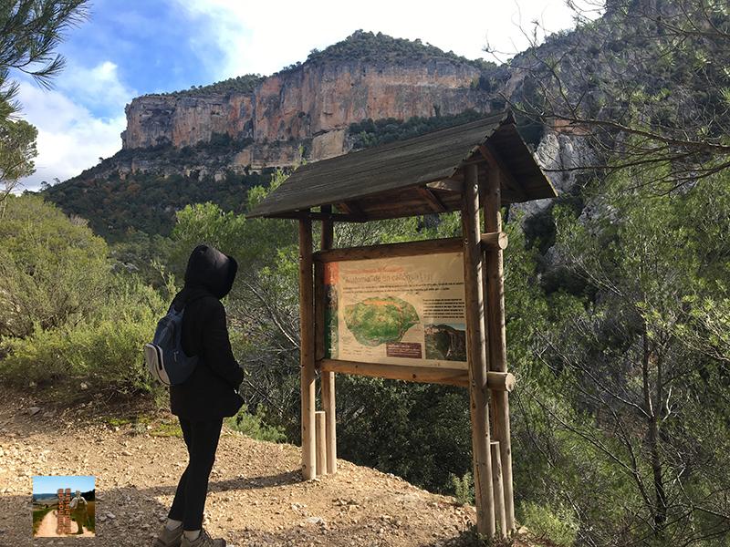 Senderista en la entrada al cañón del Hundido de Armallones