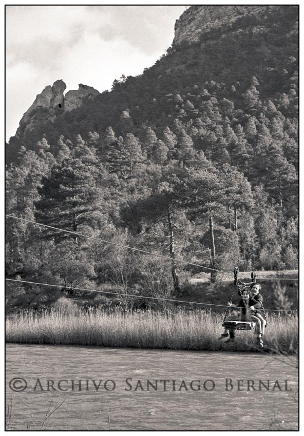 El viejo transbordador que cruzaba el Tajo junto a las salinas de la Inesperada. En la imagen Juan Manuel Abánades y su hijo Juan Claudio, en una foto del archivo Santiago Bernal (circa 1974).